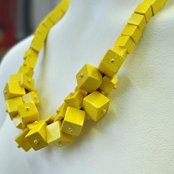 Nieuw sieraden ontwerp met gele kralen van hout