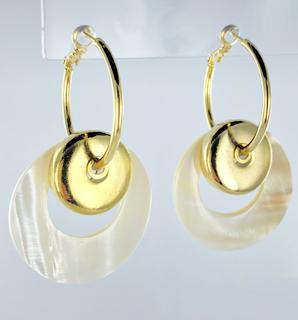 Sterk vergulde oorbellen met natuurlijke schelp-ringen