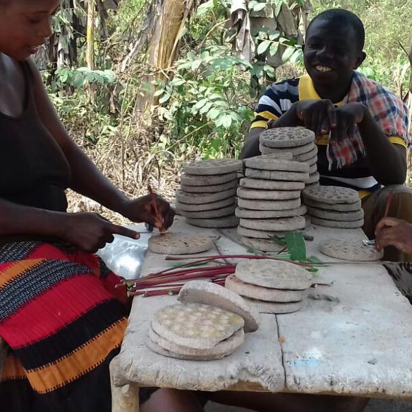 Hoe worden de gaatjes in Krobo kralen gemaakt